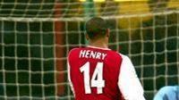Thiery Henry z Arsenalu (vlevo) posílá míč do svatyně gólmana Interu Milán Francesca Tolda. Archivní foto.