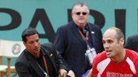 Ochranka pronásleduje muže, který vnikl na kurt během finále French Open mezi Rogerem Federerem a Robinem Söderlingem.