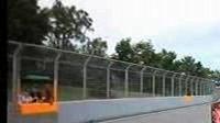 Britský pilot Lewis Hamilton tlačí svůj monopost po vítězství v kvalifikaci na GP Kanady.