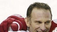 Dominik Hašek se raduje se spoluhráči z Detroitu