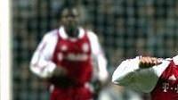 Jackie McNamara z Celtiku Glasgow (vlevo) kosí Michaela Ballacka z mnichovského Bayernu.
