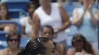 Venus Williamsová (vpravo) gratuluje své přemožitelce na turnaji v Cincinnati, Italce Flavii Pennettaové.