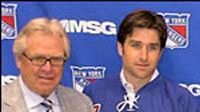 Chris Drury (druhý zleva) a Scott Gomez ve společnosti generálního manažera Rangers Sathera (vlevo) a trenéra Renneyho