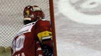 Brankář Českých Budějovic Roman Turek inkasuje branku v prvním semifinálovém utkání od Miroslava Hlinky z Pardubic.