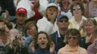Švýcarský tenista Roger Federer se raduje z wimbledonského triumfu.