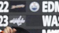 Opora švýcarské juniorské reprezentace Luca Sbisa v dresu Philadelphie Flyers.