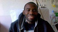 Fabrice Muamba se usmívá na nemocniční posteli.