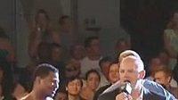 Výšková převaha nebyla Shaquillovi O'Nealovi (vpravo) nic platná. Po duelu v ringu se radoval Shane Mosley.
