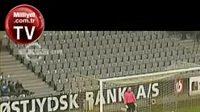 Brankář Soren Jochmusen dostal gól z půlky hřiště.