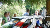 Vůz Opel Astra jezdce Pavla Karlíka a navigátora Luďka Kocmana po havárii, kterou Kocman nepřežil.