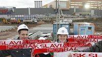 Fotbalista Dušan Švento (druhý zprava) a fanoušci Slavie na staveništi nového stadiónu