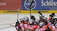 Radost hokejistů Düsseldorfu po vítězství ve čtvrtém semifinále