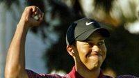 Tiger Woods se raduje z titulu mistra světa ve hře na jamky - archivní snímek.