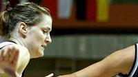 Česká basketbalistka Petra Kulichová si dělá prostor v utkání s Německem.