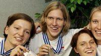 České basketbalistky se stříbrnými medailemi (zleva) Eva Vítečková, Jana Veselá, Hana Machová, Ivana Večeřová a Lucie Blahušková.