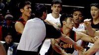 Přátelský zápas basketbalistů Číny a Brazílie se zvrhl v bitku bez pravidel