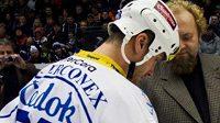 Plzeňský kapitán Martin Straka podepisuje Chartu fair play.