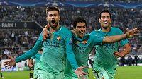 Barcelonský obránce Gerard Piqué (vlevo) slaví se spoluhráči gól. Teď jej ale čeká pauza