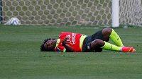 Brazilský fotbalista Willian s bolestivou grimasou. Trénink týmu musel opustit kvůli bolesti v zádech.