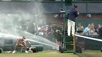 Laura Siegemundová při sprše ve Wimbledonu.