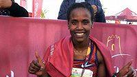 Ababel Yeshanehová se raduje ze světového rekordu v půlmaratonu.