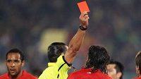 Rozhodčí ukazuje červenou kartu