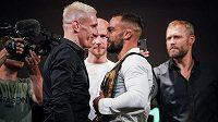 Vojto Barborík (vlevo) nebude zápasit o titul pérové váhy v organizaci OKTAGON MMA.