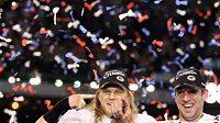 Linebacker Clay Mathews a MVP Super Bowlu XLV quarterback Aaron Rodgers slaví zisk Lombard Trophy.