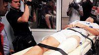 Po brutálním faulu odvezli Cosmina Bacilu s dvojnásobnou zlomeninou levé nohy do nemocnice, kde ho hned operovali.