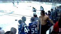 Napůl svlečený a hodně rozzuřený byl kouč hokejistů Colorada v CHL.