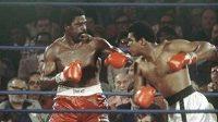 Ron Lyle (vlevo) v zápase s Muhammadem Alim.