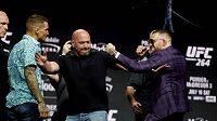 Conor McGregor (vpravo) a Dustin Poirier před třetím vzájemným duelem na turnaji UFC 264.