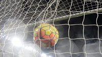 Pedro z Chelsea střílí gól proti Newcastlu.