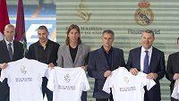 Zleva Zinedine Zidane, Karim Benzema, Sergio Ramos, a trenér Realu José Mourinho (druhý zprava) při prezentaci resortu