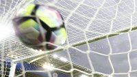 Útočník Leicesteru Jamie Vardy střílí gól do sítě Swansea.