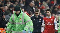 Kouč Arsenalu Wenger si mohl oddechnout - Rosický odkulhal z trávníku jen se slabým otřesem mozku.