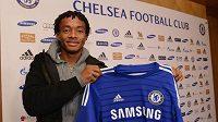 Juan Cuadrado pózuje s dresem Chelsea