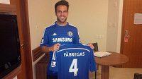Cesc Fábregas se svým zbrusu novým dresem Chelsea.