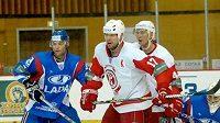 Hokejisté Toljatti (v modrém) v zápase s Čechovem
