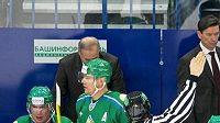 Střídačka hokejistů Ufy s trenérem Bykovem
