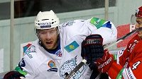Útočník Astany Jiří Novotný v souboji s protihráčem