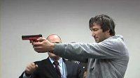 Alexander Ovečkin míří pistolí při Team Buildingu hokejistů Washingtonu.
