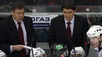 Střídačka hokejistů Omsku: vlevo trenér Raimo Summanen, vpravo Jaromír Jágr