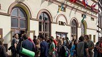 Ruch před kinem v Teplicích nad Metují při 26. ročníku Mezinárodního horolezeckého filmového festivalu.