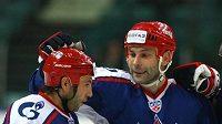 Hokejisté Petrohradu (zleva) Maxim Sušinskij, Sergej Zubov, Raymond Giroux