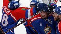 Hokejisté Balašichy Alexej Cvetkov (uprostřed) a Alexandr Bojkov se radují z gólu ve finále
