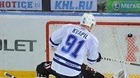 Hokejový útočník Dynama Moskva Marek Kvapil střílí gól