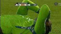 Konžský útočník Zakuani se svíjí v bolestech poté, co mu soupeř v Americké MLS.