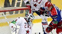 Jakub Štěpánek v brance Petrohradu zasahuje proti Tomáši Netíkovi z CSKA Moskva.