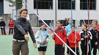 Barbora Špotáková i s bolavým loktem předvádí správnou techniku hodu oštěpem.